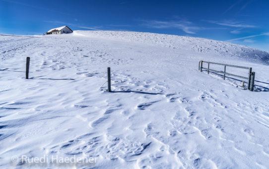 Jura im Winter mit vom Wind geformtem Schnee